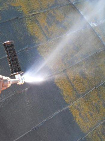 鎌ケ谷市S様邸の屋根の高圧洗浄の様子