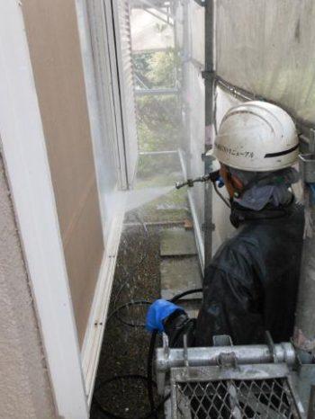 守谷市Y様邸の外壁の高圧洗浄の様子