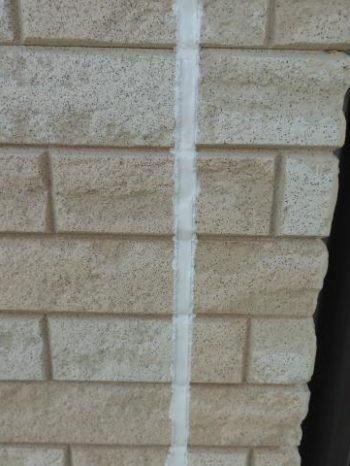柏市S様邸の外壁サイディング目地のシーリング打ち替えが完了した様子