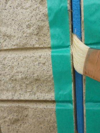 柏市S様邸の外壁サイディング目地にプライマー塗布している様子