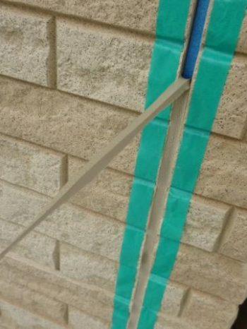 柏市S様邸の外壁サイディング目地シーリングを撤去している様子