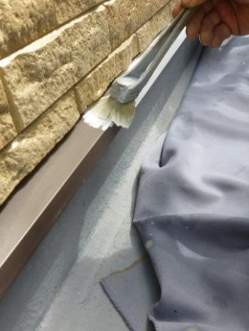 柏市S様邸の土台水切りの錆止め塗装の様子