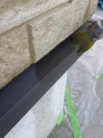 柏市S様邸の土台水切りの上塗り塗装2回目の様子