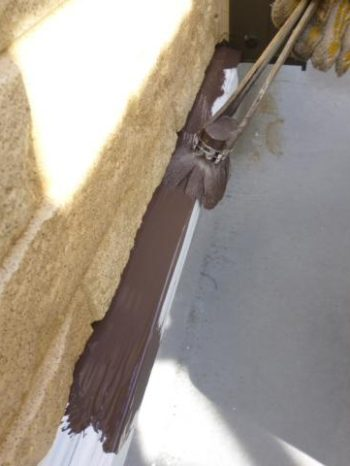 柏市S様邸の土台水切りの上塗り塗装1回目の様子