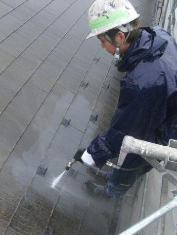 牛久市T様邸の屋根高圧洗浄の様子