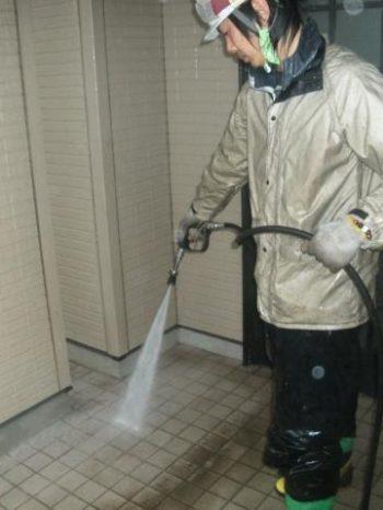 牛久市T様邸の外壁高圧洗浄の様子