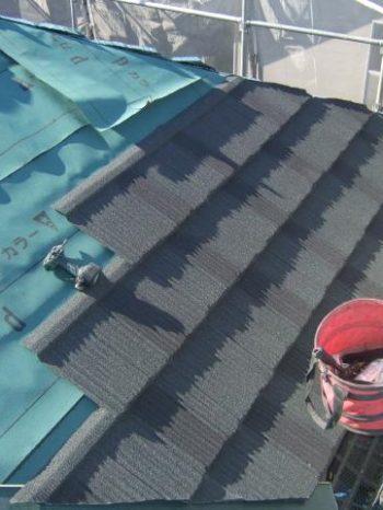 柏市U様邸の屋根カバー工法の様子