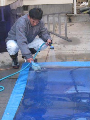 柏市U様邸のカーポート屋根を掃除している様子