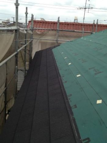 松戸市W様邸の屋根カバー工法の様子
