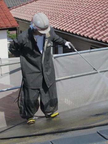 松戸市W様邸の屋根の高圧洗浄の様子