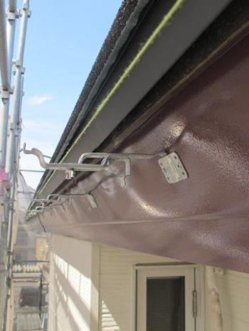松戸市W様邸の雨樋を取り付けしている様子