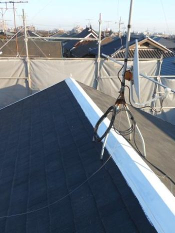 柏市Y様邸の屋根の棟板金錆止め塗装の様子