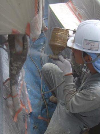 鎌ケ谷市S様邸の外壁吹き付け塗装の様子