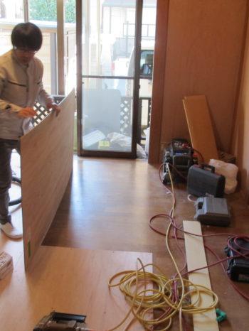 床もクッションフロアを貼るため、下地合板を貼ります。