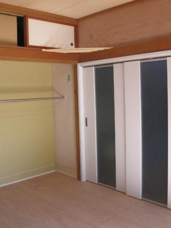 柱の寸法に合わせて、引き戸は特注寸法で対応しました。