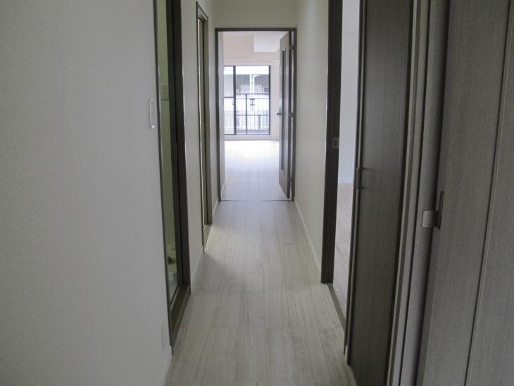 廊下と洋室もコンクリート下地直貼り用のフローリングを貼り替えしています。