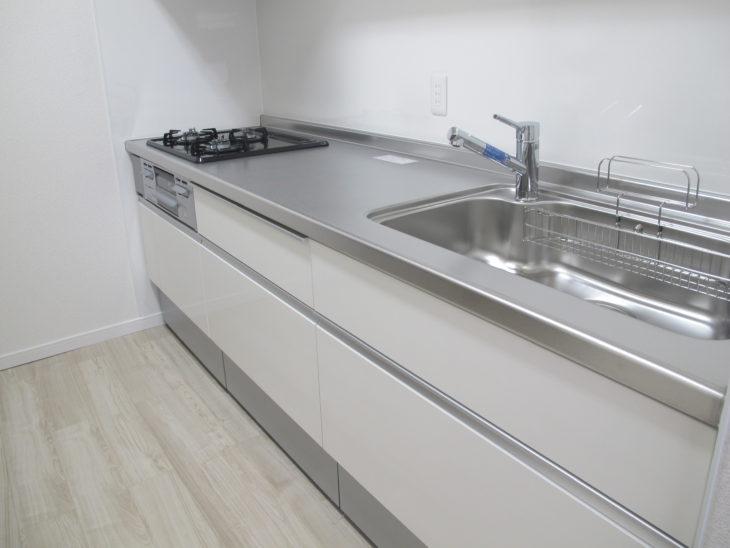 システムキッチンはLIXILのシエラI型270cm。扉色はクリエアイボリーでフローリングとの相性もよく明るいキッチンに。