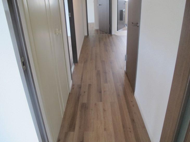 松戸市マンションの廊下のフローリング張り替えが完成した様子