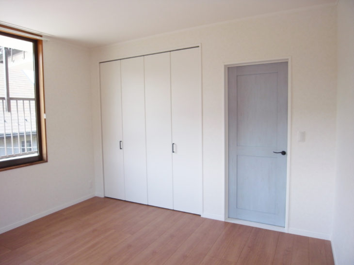 洋室のフローリング張り替えとドアと折れ戸の交換後